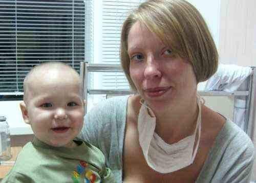 На фотографии якобы Васильев Дима со своей мамой Марией. Судя по информации из письма, сейчас мальчику не более 2,5 лет