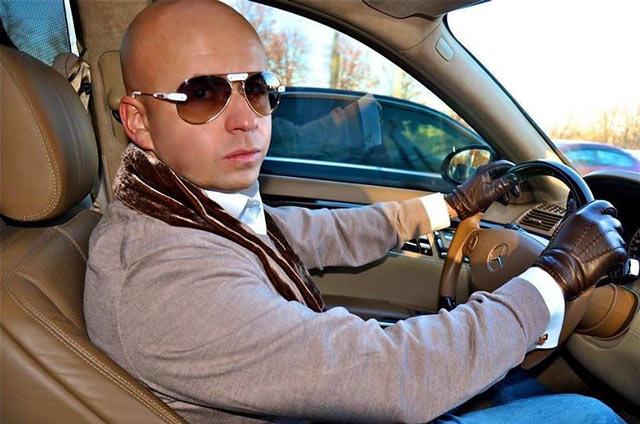 Станислав Бардов (во всяком случае так указано на сайте stabilno.zarplatt.ru) за рулем Мерседеса